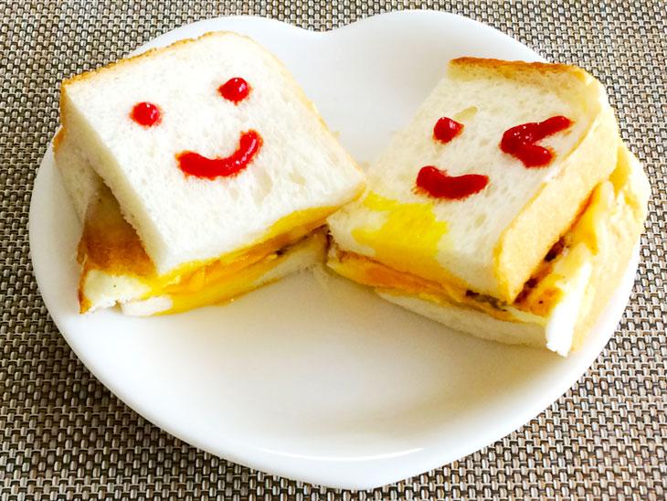 半熟目玉焼きとチーズをはさんだサンドイッチ