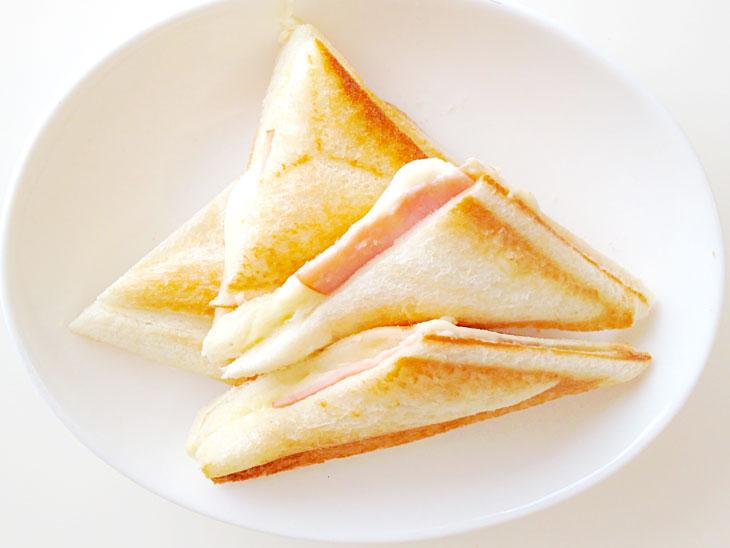 ハムとチーズをはさんだホットサンド