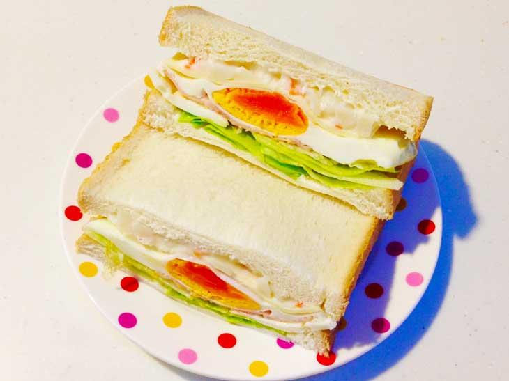 レタスとハムエッグをはさんだサンドイッチ