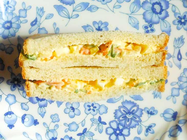 野菜と卵をはさんだサンドイッチ