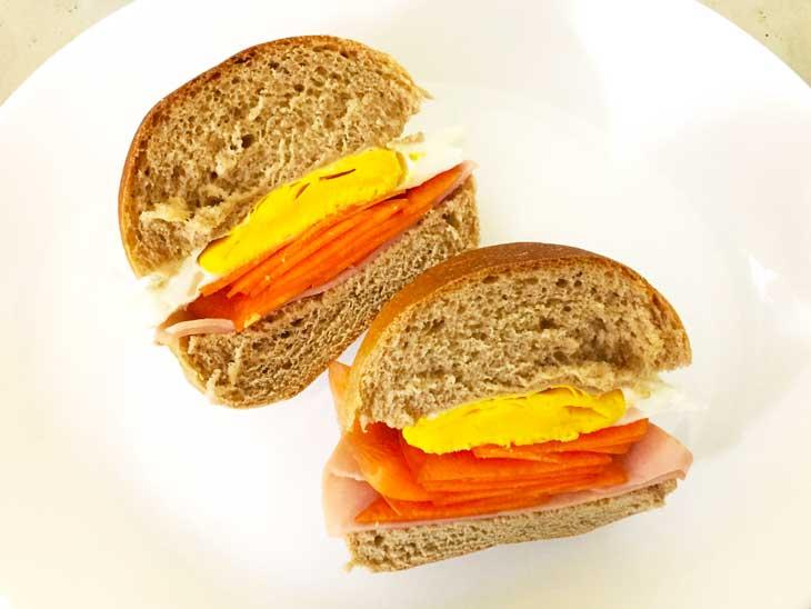 自家製の全粒粉100%パンを使ったサンドイッチ