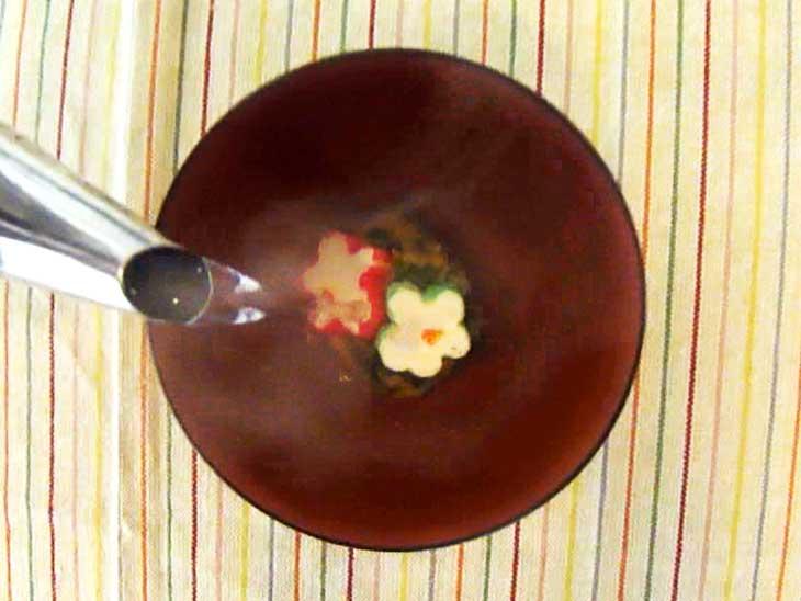 お湯を注ぐ味噌玉
