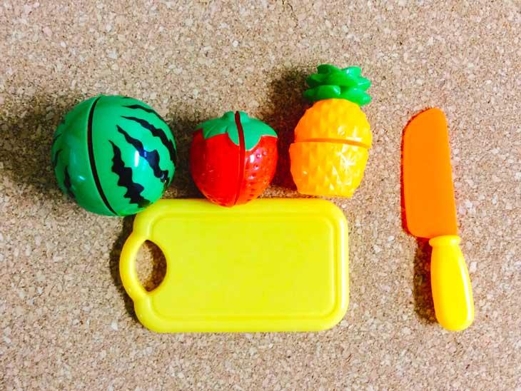 おもちゃのスイカといちごとパイナップルと包丁とまな板