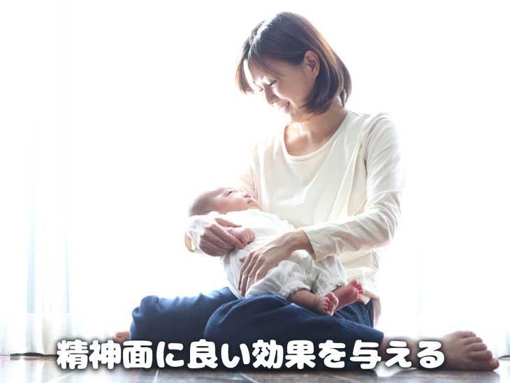 新生児を抱っこする笑顔のママ