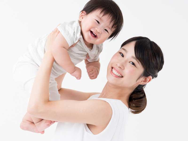 赤ちゃんを抱っこしている笑顔のお母さん