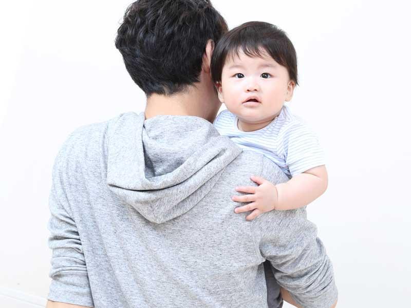 赤ちゃんを抱っこしているパパ