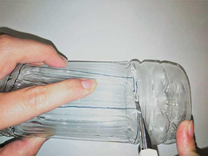 ペットボトルに引いた線に沿ってカッターで切る