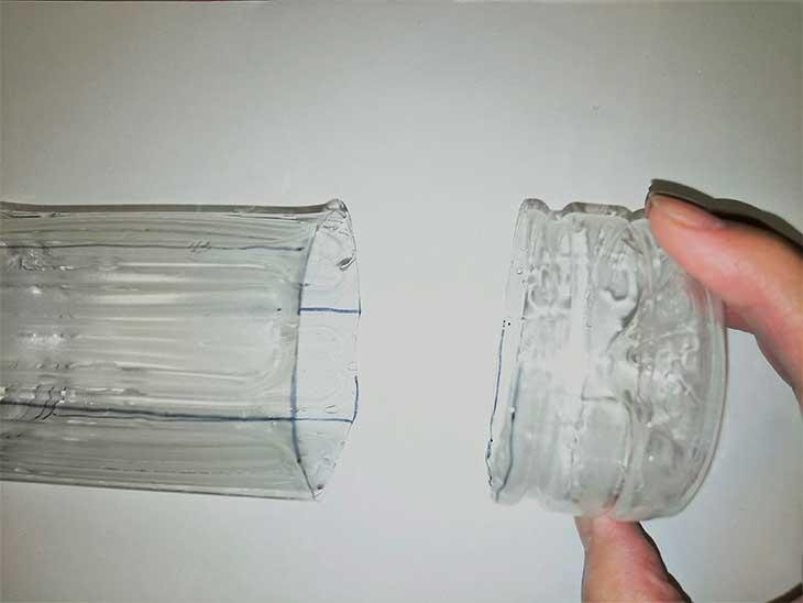 カッターで切り落とされたペットボトルの底