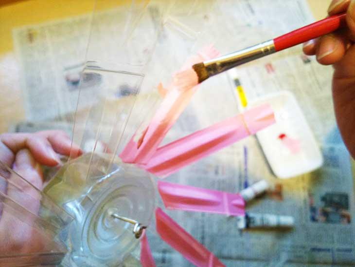 ペットボトル風車の羽根にアクリル絵の具で色をつける