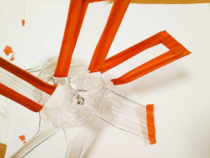 ペットボトル風車の羽根の切り口にビニールテープを張る