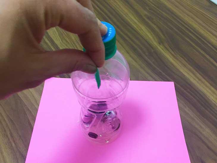 ペットボトルのキャップ部分をビニールテープで固定する