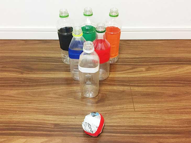 ペットボトルを並べて新聞紙のボールでたせるボウリングのできあがり