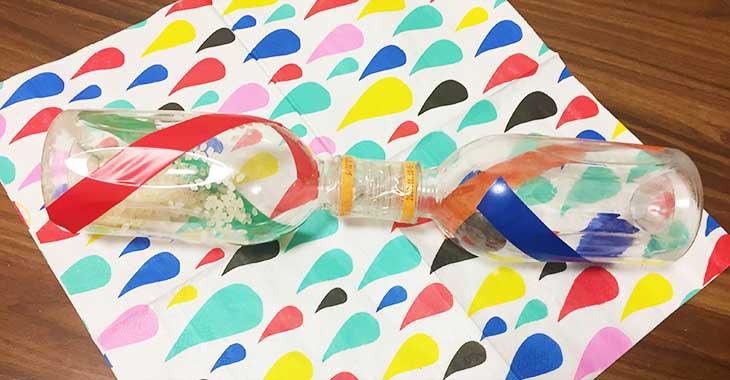 ペットボトルにビニールテープで模様をつける