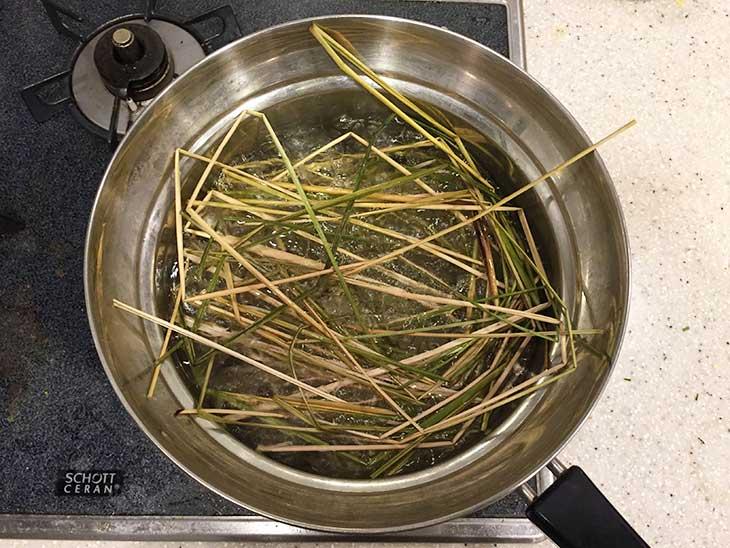 いぐさを鍋で茹でる