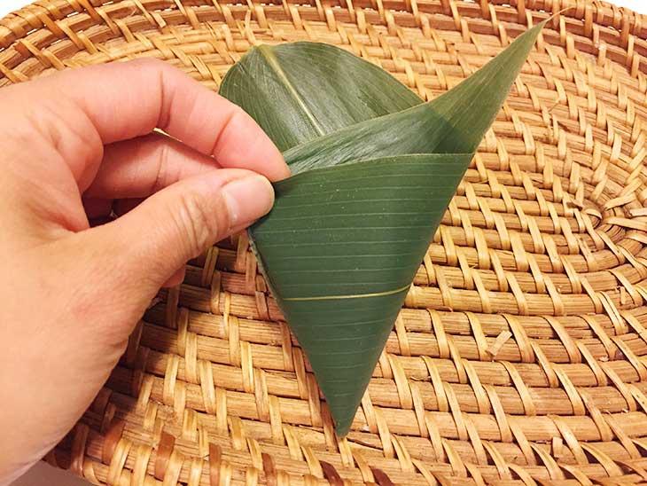 笹の葉を三角錐の形に折り込む