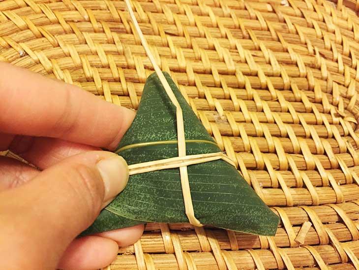 三角形にした笹の葉にいぐさを巻きつける