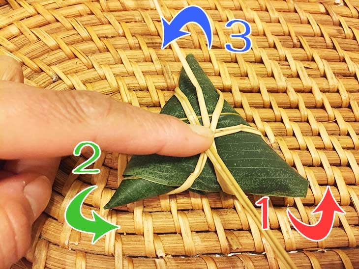 笹の葉がばらけないようにいぐさを三方向から巻きつける