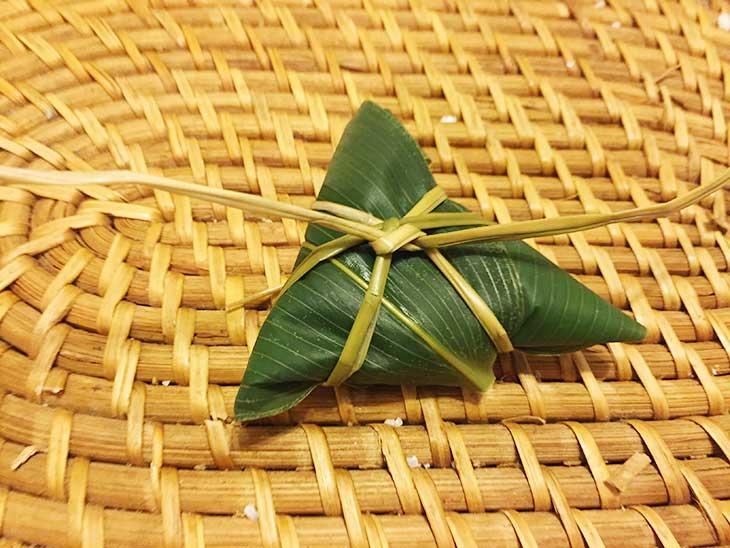 笹の葉をくるんだいぐさを中心で結ぶ