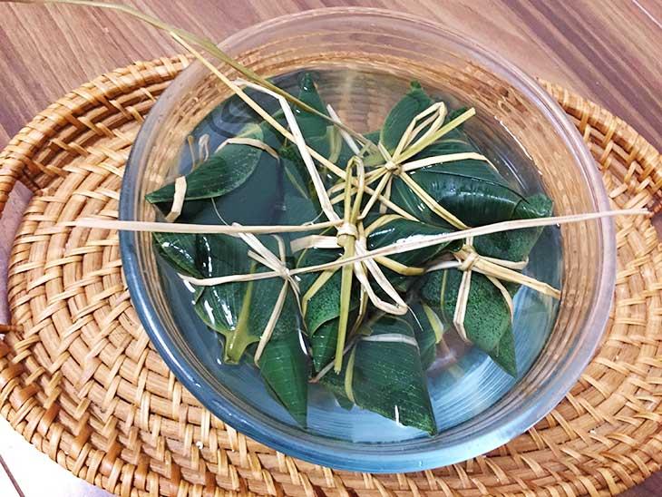もち米を包んだ笹の葉を水に浸す
