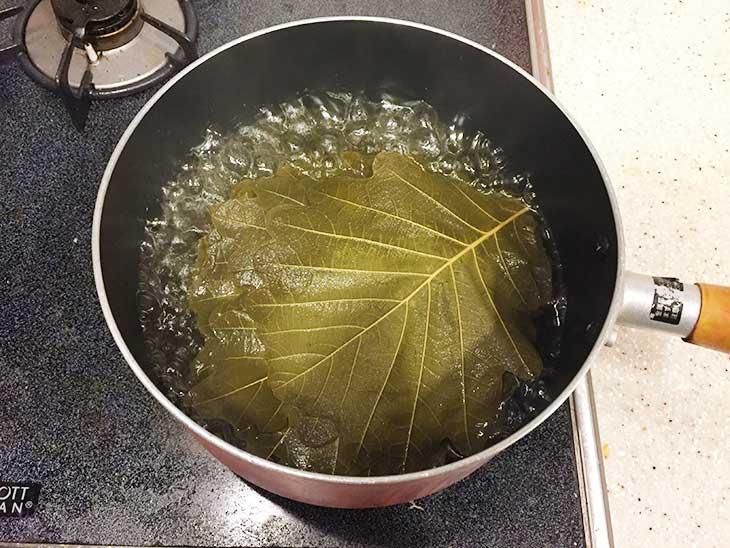 柏の葉を熱湯で茹でる