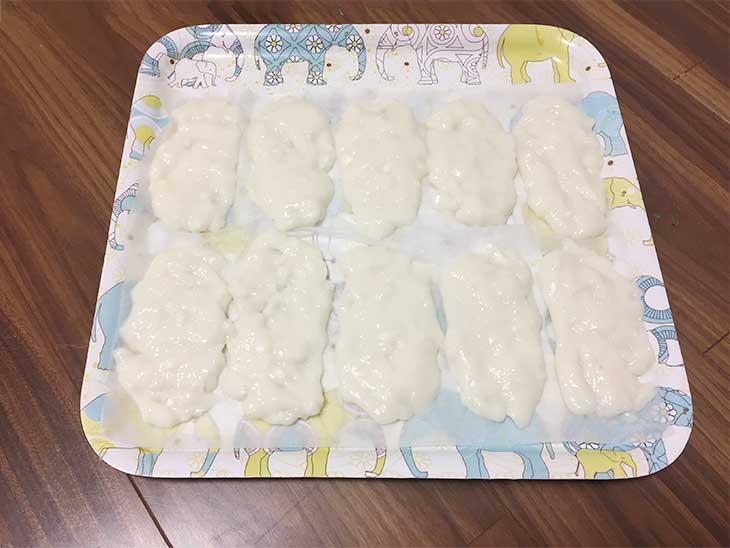 楕円形の平べったい形に伸ばした餅を並べる