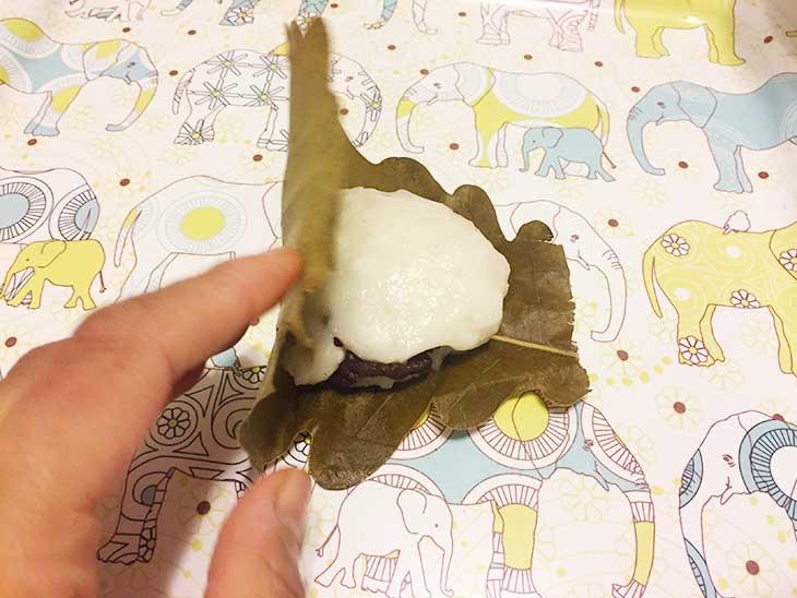 あんこを入れた餅に柏の葉を巻く