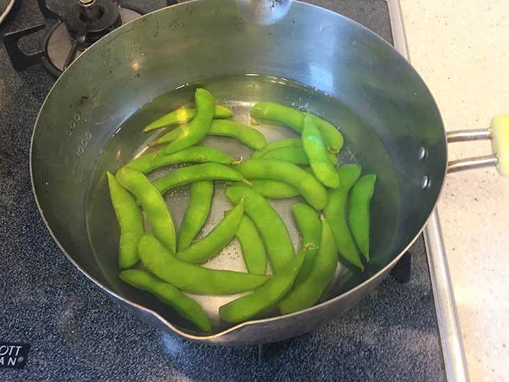 枝豆を鍋で茹でる