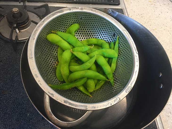 茹でた枝豆をザルに上げて冷ます