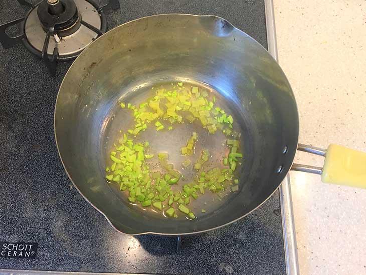 枝豆とじゃがいもを和風だしを入れてフライパンで炒める