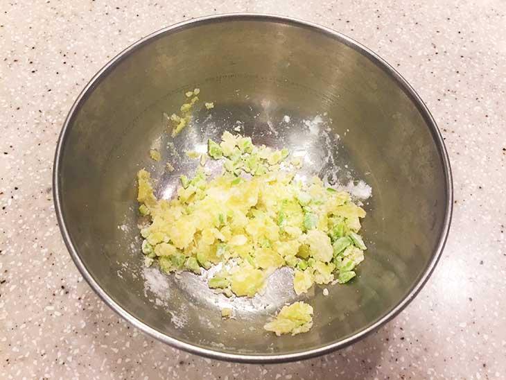 茹でて潰したじゃがいもにみじん切りにした枝豆を混ぜる