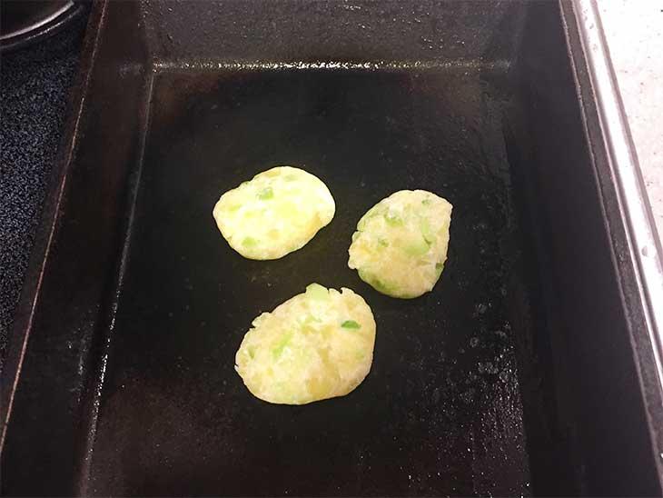小判型にした枝豆入りじゃがいもをフライパンで焼く