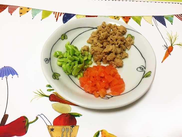 細かく刻んで茹でた枝豆と人参と鶏肉