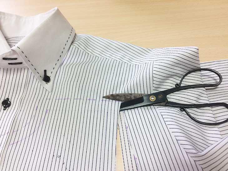 チャコペンの印に沿ってYシャツを切る