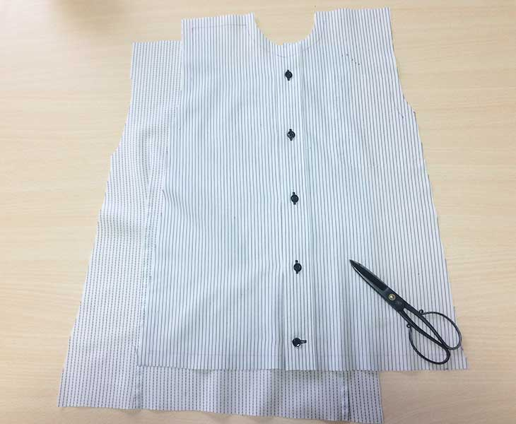 型紙に合わせて切ったYシャツ