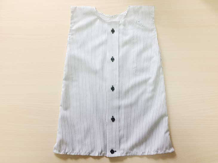 縫い終わったら生地を裏返してYシャツをリメイクした赤ちゃん用ワンピースの完成