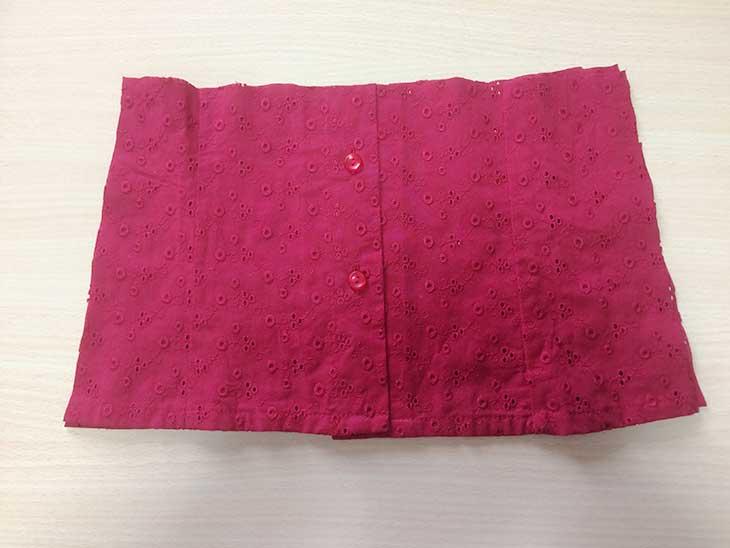 赤いシャツを的人なサイズに切ってワンピースのスカート部分にする