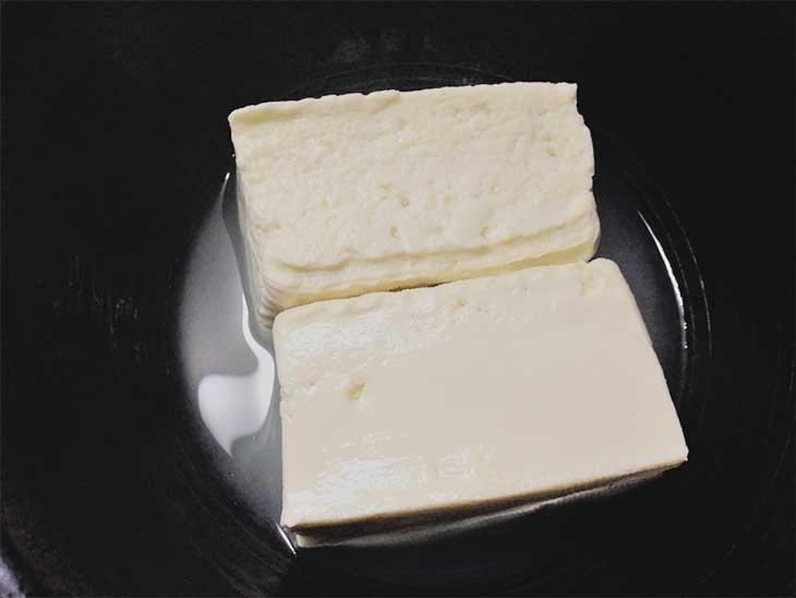 レンジで水切りされた豆腐