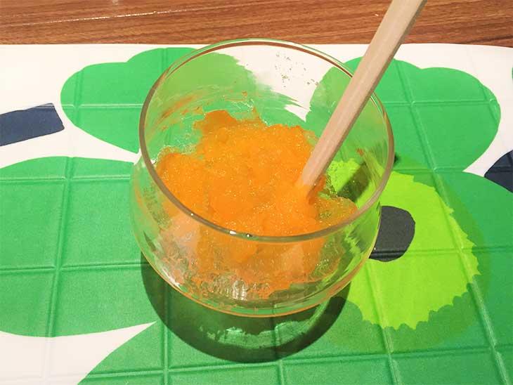 保冷剤の中身に絵の具で色をつける