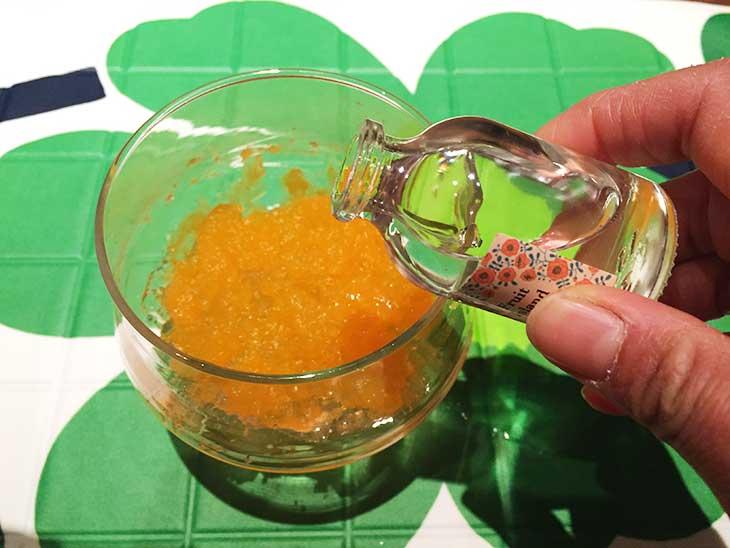 色を付けた保冷剤の中身にアロマオイルを入れる