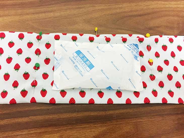 布の中心に置かれた保冷剤から外側2cmぐらいにまち針で印をつける