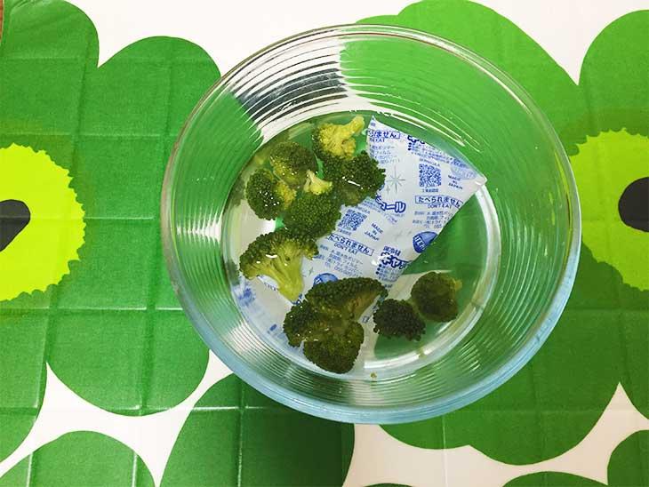 茹でたブロッコリーを冷やすために水と一緒に入れられた保冷剤