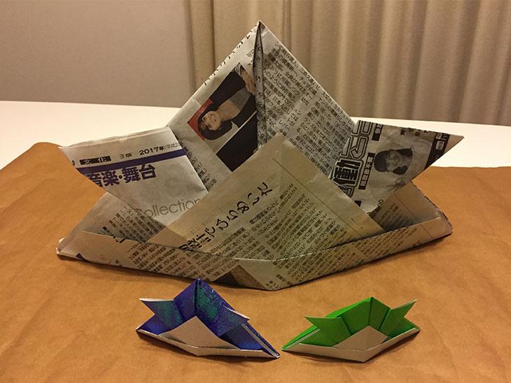 完成した折り紙の簡単かぶとと新聞兜の写真