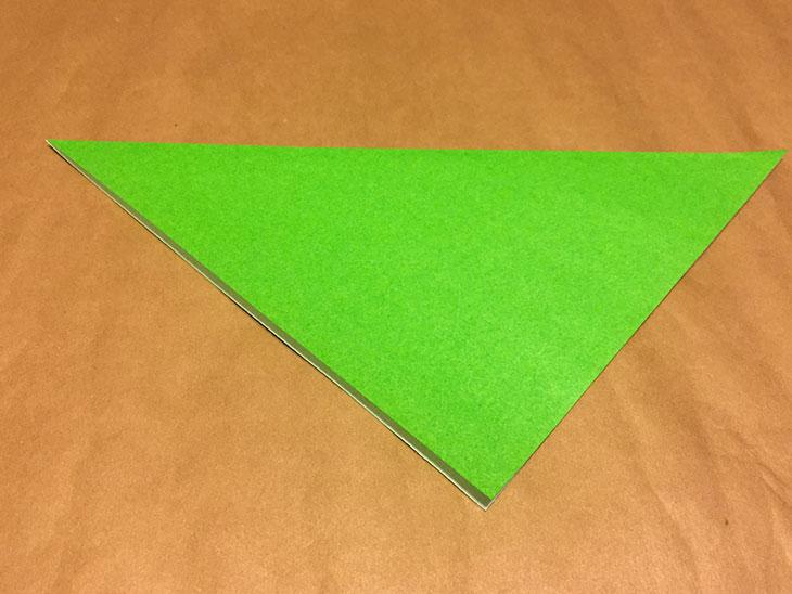 折り紙を下向きの三角に折った写真