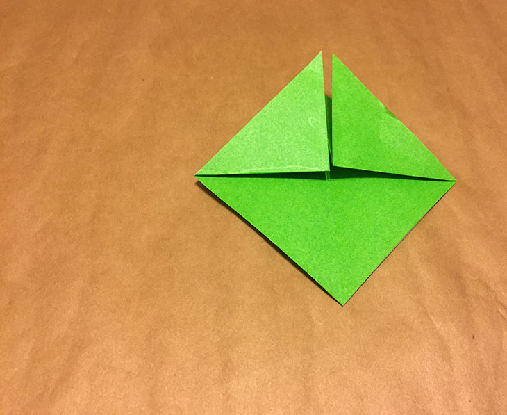折り紙の上に重なる部分を上半分に折り返した写真