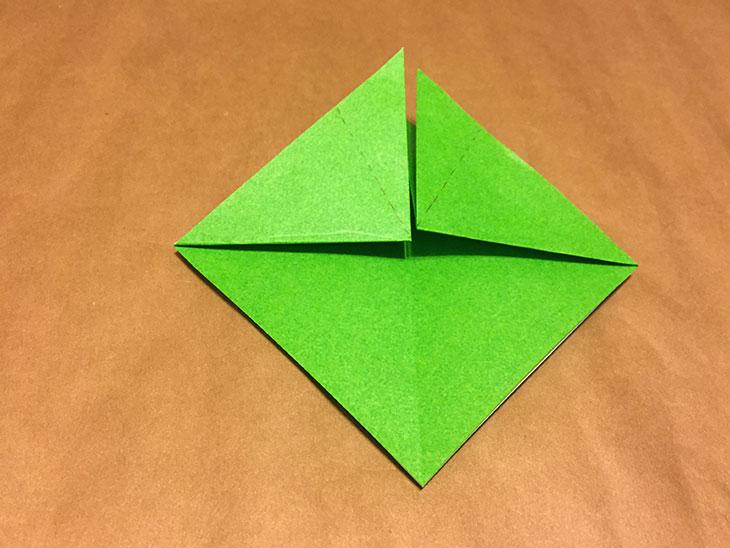 上部に点線が書かれた折り紙の写真