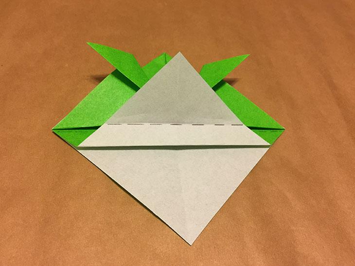 折りあげた部分に点線が書かれた折り紙の写真