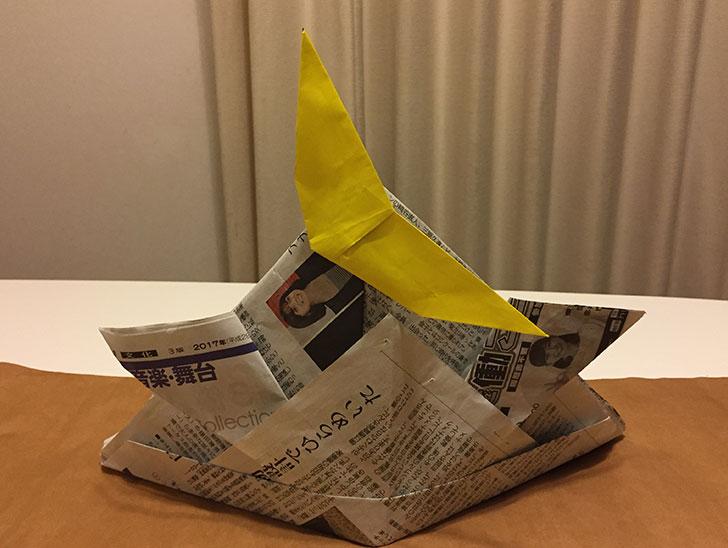 立物の黄色い三日月飾りを飾った新聞兜の写真