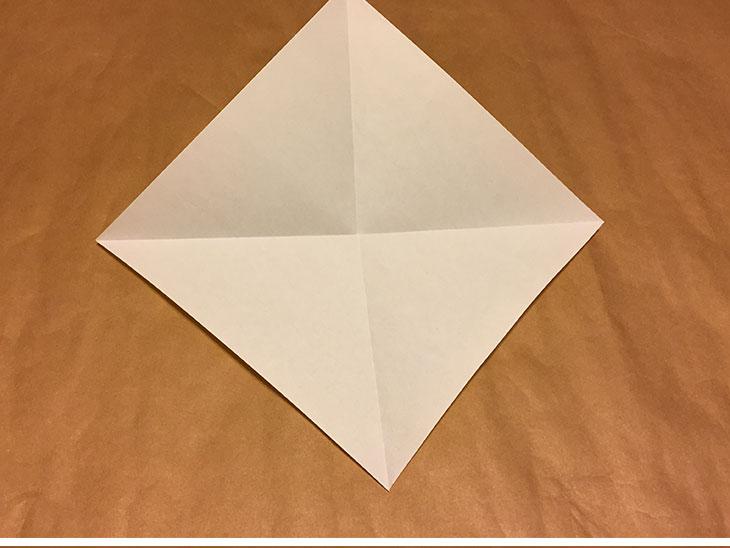 折り紙の対角線部分に折り目がついている写真