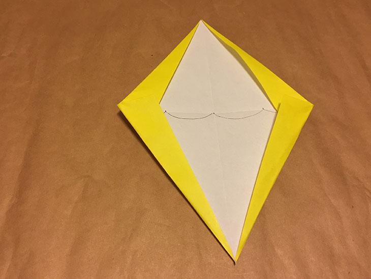 上下左右が印に合わせて折られた折り紙の写真
