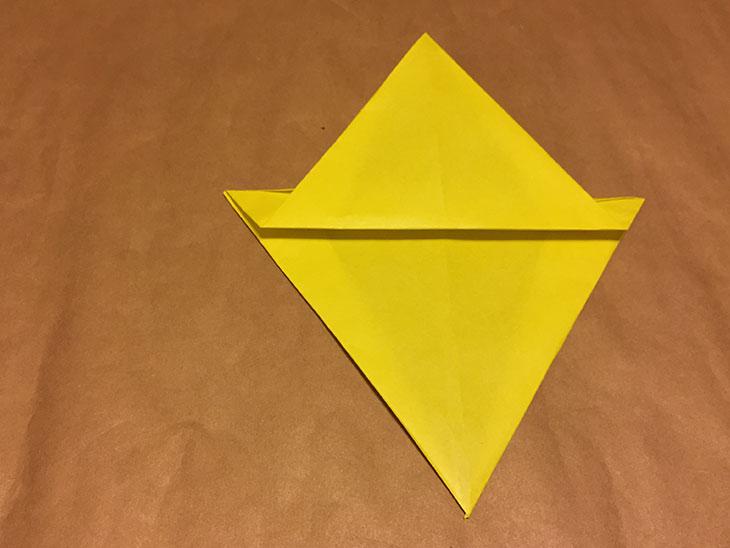 中央で段差をつけて折り返した折り紙の写真